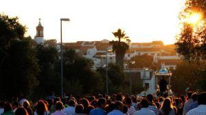 Centenares de vecinos acompañan diariamente a San Benito casa por casa en las procesiones por Castilblanco / Juan C. Romero