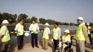 Alfredo Sánchez Monteseirín y Pedro Rodríguez, presidente de la Confederación Hidrográfica del Guadalquivir visitan los trabajos de construcción del nuevo parque de San Jerónimo/SA
