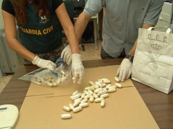 Los dos detenidos procedían de Camerún y llevaban 2,68 kilos entre ambos en el abdomen