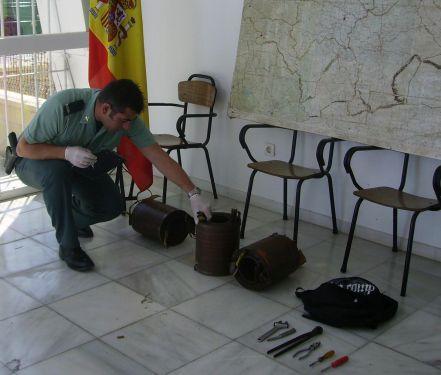 Agente de la Guardia Civil con lo sustraído en el hurto/SA.
