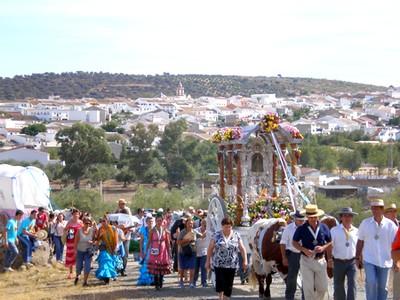 La Romería de Escardiel da lugar a una de las movilizaciones populares más importantes en Castilblanco de los Arroyos de camino hasta la blanca ermita / Juan C. Romero