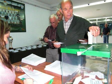 Algunos socios béticos ejerciendo su derecho al voto/Rbb