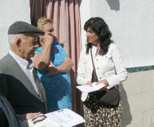 Pilar González en la campaña puerta a puerta por Amate