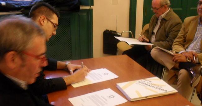 Momento en que Christopher Rivas firma el proyecto