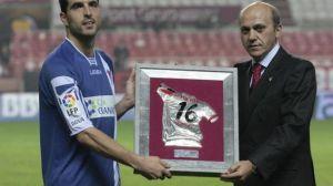 El capitán del Granada recibe de manos de José María del Nido el trofeo de campeón/ Juan Carlos Muñoz