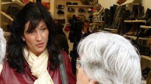 Pilar González visita a los vecinos del barrio de la Macarena.