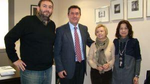 De izquierda a derecha: Javier López, Juan Espadas, Juana Muñoz (Presidenta de la Asociación Feria del Libro y Mercedes de Pablos, número dos de la lista del PSOE de Sevilla