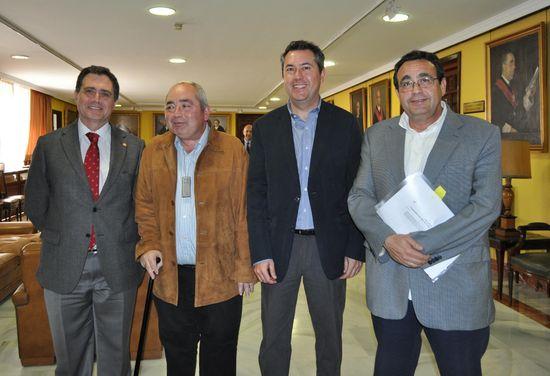Joaquín Luque, Manuel Pastrana, Juan Espadas y Juan Antonio Gilabert, en el acto del paraninfo de la Universidad de Sevilla.