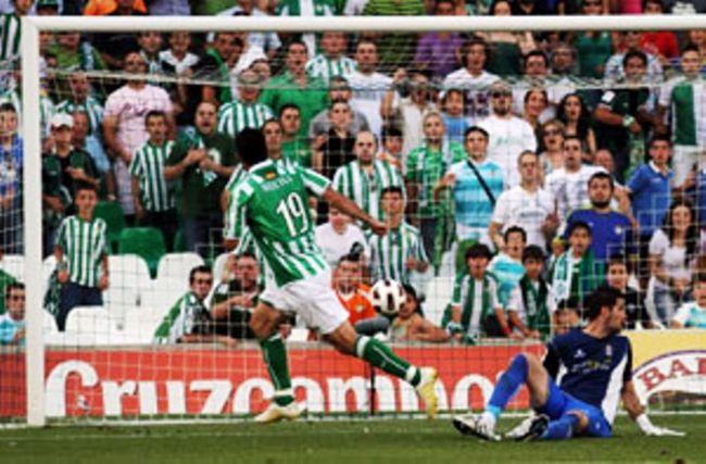 Jorge Molina anotando el primer gol de penalti/Real Betis