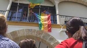 izada-bandera-orgullo-gay-ayto-280611