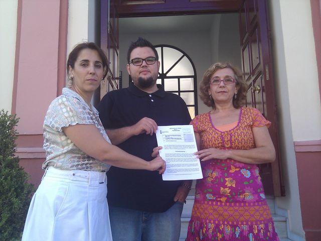 Lola Aquino (PA), Alberto Miranda (IU) y Carmen Hornillo (PP) presentando la moción en las puertas del Ayuntamiento de Alcalá