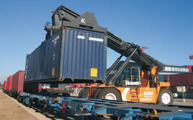 Un tren carga contenedores en el Puerto de Sevilla