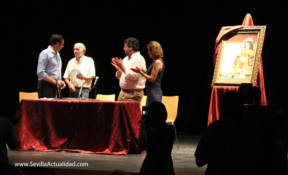 La Hermandad de Escardiel condecoró al artista Diego Neyra, autor del cartel de la Venida de la Virgen de Escardiel 2012 / Juan Carlos Romero