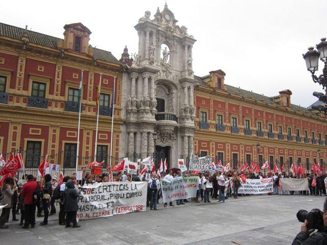 Los trabajadores de las Residencias de Tiempo Libre de Andalucía frente al Palacio de San Telmo /Paco Cordero