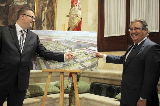 El director Inmobiliario de la empresa Costco, James Cheesemore con el alcalde, esta mañana en Sevilla