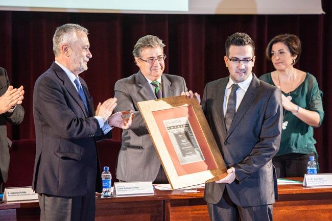 José Antonio Griñán, Juan Ignacio Zoido y Christopher Rivas durante la entrega de la mención/ Francisco Amador