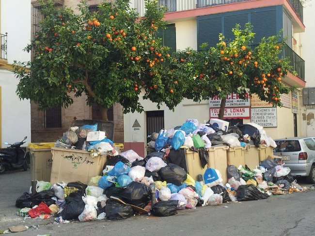 Estado de una de las calles de Sevilla en el sexto día de huelga en Lipasam / Imagen: Álvaro (@andarcofrade)