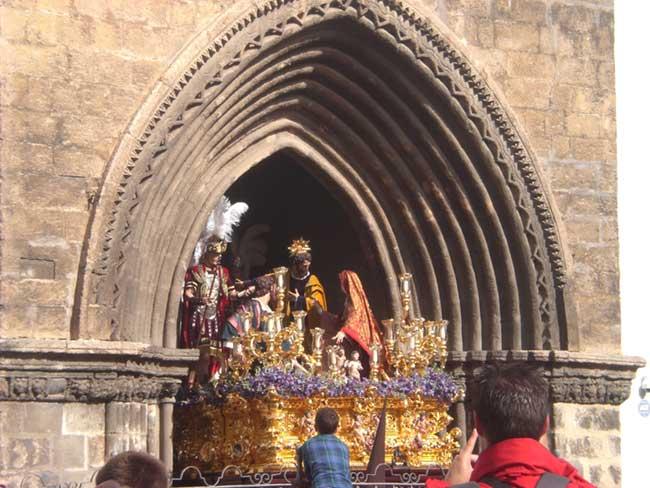 El misterio de El Carmen Doloroso abandonando su templo/Ángel Espínola