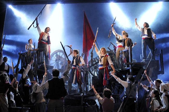 musical-los-miserables-barricadas