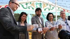 Visglerio, Mercado y Dávila junto a miembros del PA de Sevilla ante la caseta del PA/ SA