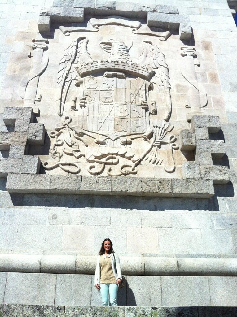 La secretaria general de Nuevas Generaciones de Sevilla posa ante el escudo franquista en el Valle de los Caídos / Sevilla Actualidad