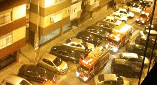 En el lugar del suceso se ha desplegado un operativo con operarios de bomberos, agentes de la Policía y personal de asistencia sanitaria / Candela Vázquez