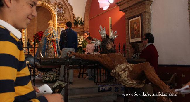 El Cristo de los Vaqueros ante la Virgen de Escardiel en su ermita de Castilblanco de los Arroyos / Juan Carlos Romero