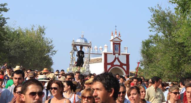 San Benito ha abandonado su santuario esta tarde camino de Castilblanco de los Arroyos / Juan C. Romero