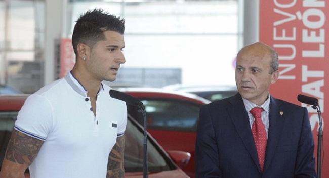 Vitolo habla ante los medios de comunicación ante la atenta mirada de José María Del Nido. / SEVILLA F.C.