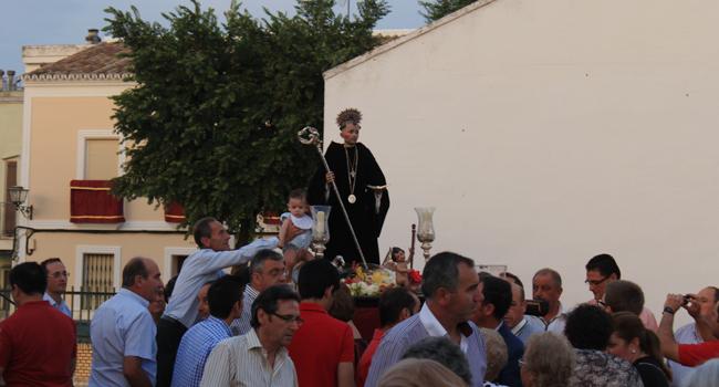 La presentación de los niños ante la imagen de San Benito es una de las tradiciones que acompañan al paso de la imagen por las calles de Castilblanco / Juan Carlos Romero
