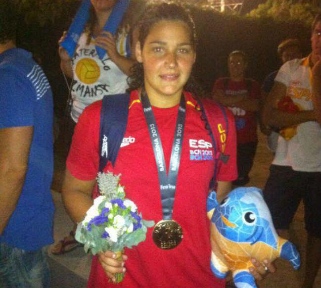 Lorena Miranda posa con su medalla de oro