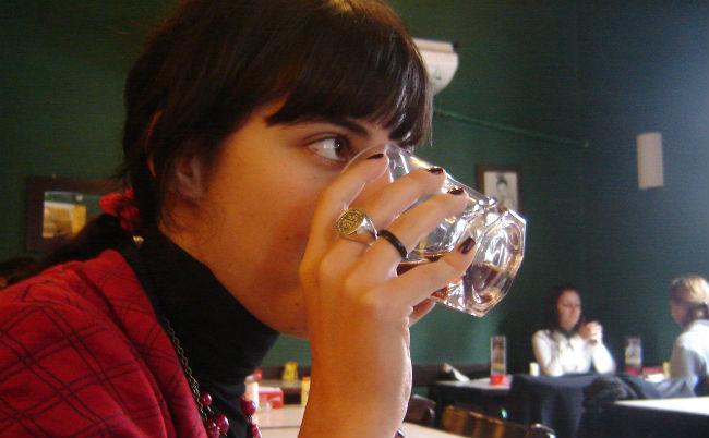 chica-bebiendo-agua-jotacentrica-flickr
