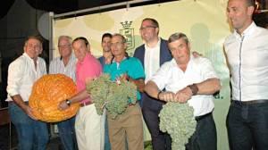 Las ganadores del concurso y el alcalde de Los Palacios, entre uvas, calabazas y sandías gigantes