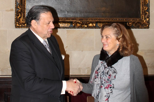 El hermano mayor de Los Gitanas y la delegada durante la firma del convenio el diciembre/SA