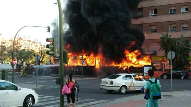 El autobús ardiendo cerca de la Facultad de Derecho/ Álvaro Olmo