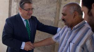 Juan Ignacio Zoido junto a uno de los responsables de la grabación hindú en Sevilla/ SA