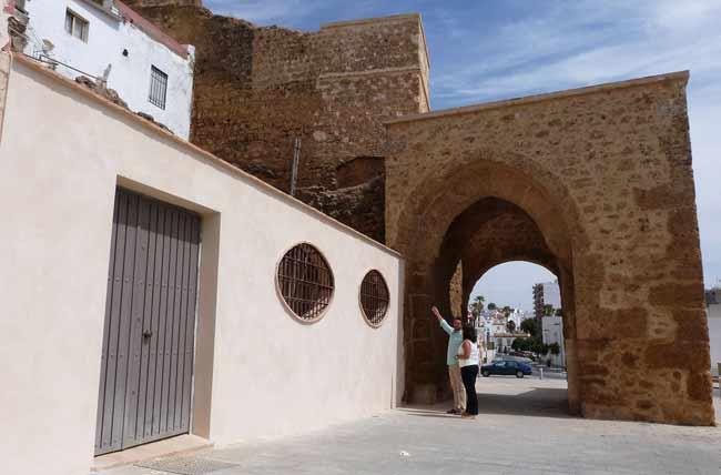El muro dificulta la visión del Arco de San Miguel y la Muralla, según Cultura