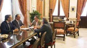 El alcalde en una reciente reunión con miembros de Gaesco/ SA
