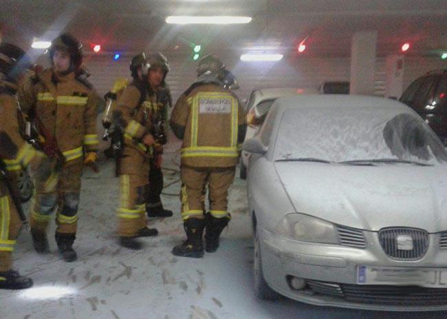 coche-ardiendo-en-hospital-virgen-del-rocio