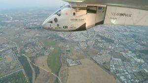 El Solar Impulse 2 sobrevolando el término municipal de Alcalá de Guadaíra, con la UPO y Sevilla al fondo