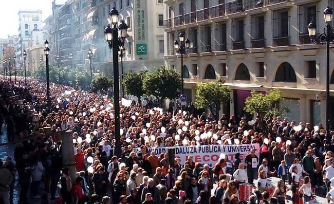 Multitudinaria asistencia en la Avenida de la Constitución, ante la sede del SAS/@rosagarciacab
