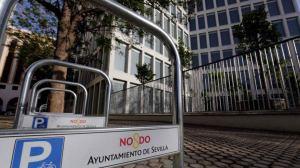 Bicicleteros junto a un edificio público /@rojosevillano