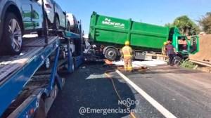 Choque múltiple entre tres camiones en el Puente del Centenario / @EmergenciasSev