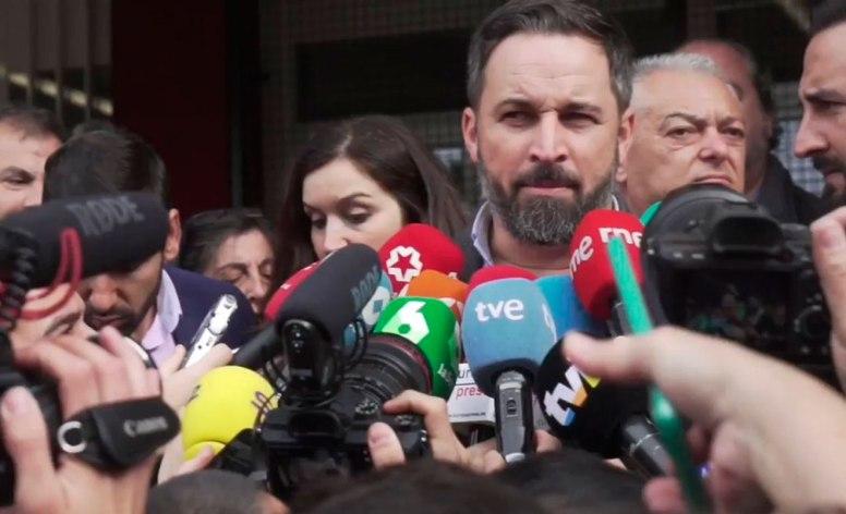 Santiago Abascal atiende a los medios tras depositar su voto el 10N / @Santi_ABASCAL