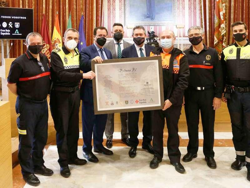 El alcalde junto a miembros de seguridad en el salón Colón del Ayuntamiento de Sevilla