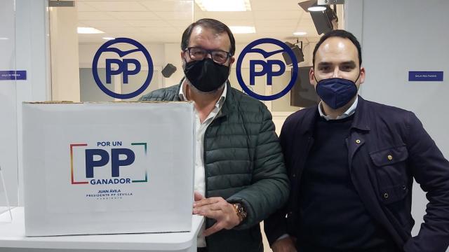 Juan Ávila presentando avales para su candidatura como presidente del PP de Sevilla