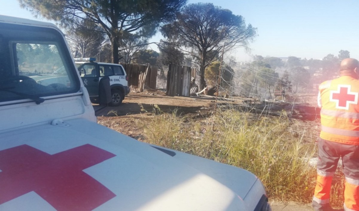180 afectados y dos heridos en el incendio de un asentamiento chabolista en Palos de la Frontera / Cruz Roja