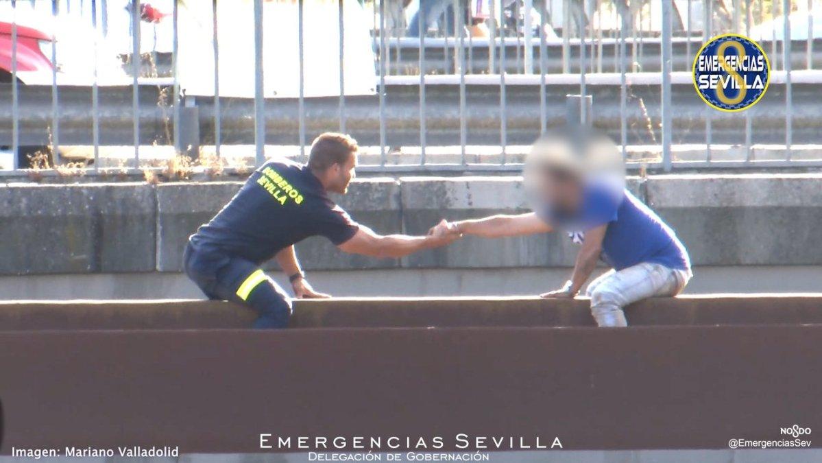Momento de la conversación entre el bombero y el hombre / ES