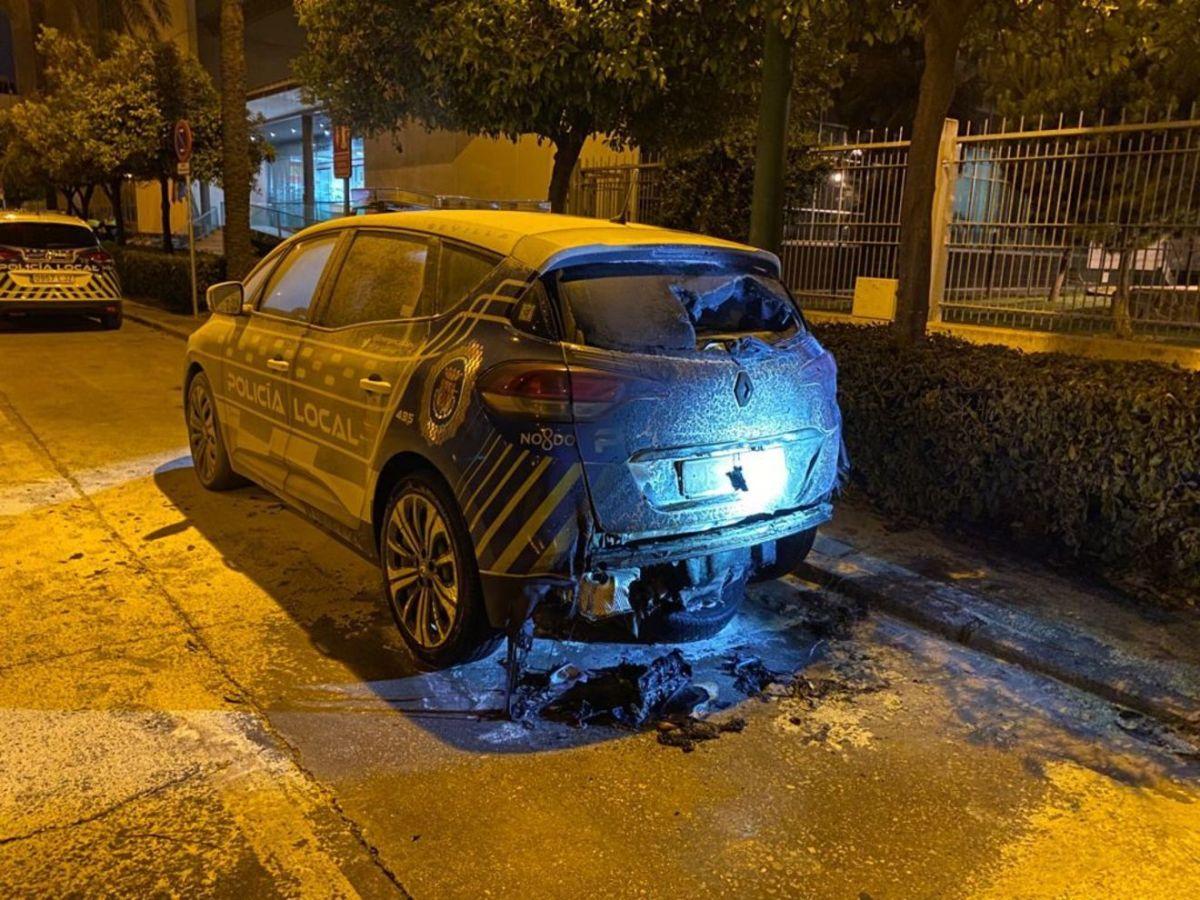 Coche patrulla quemado de la comisaría de Ranilla / PP