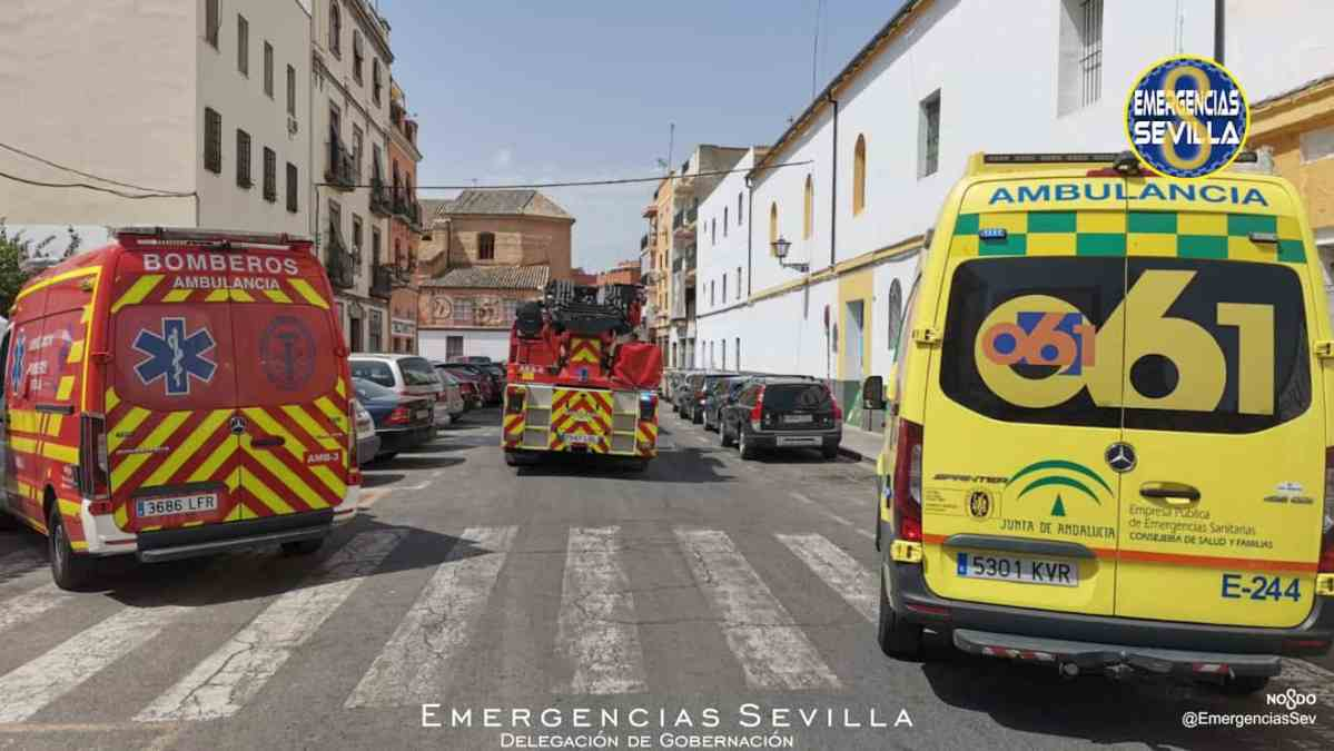 Ambulancia y bomberos en el incendio en el Casco Antiguo / ES